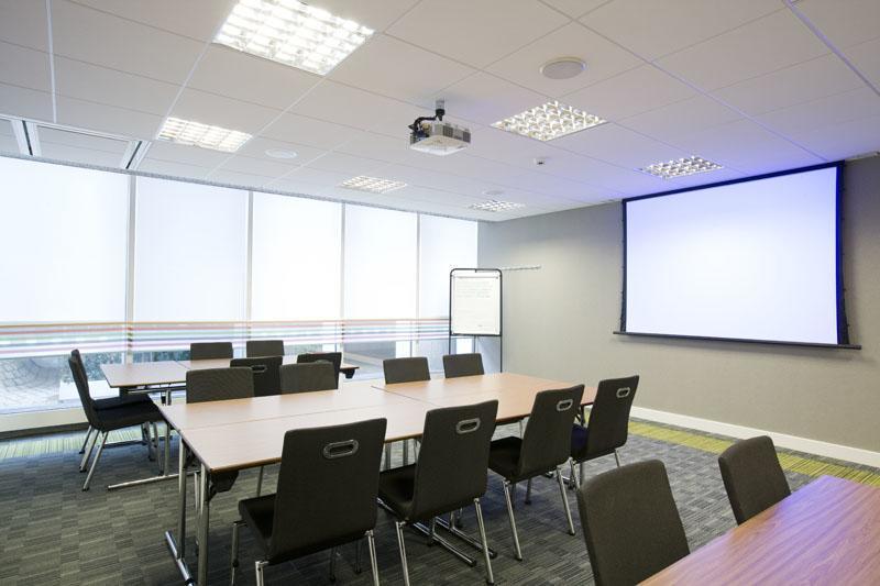 Как кардинально упростить работу с проекционным оборудованием в переговорной комнате или в конференц-зале?